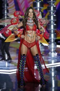 Victoria's Secret show 2017: Adriana Lima de rojo