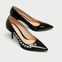 ZARA: Zapato con mensaje