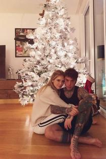 Chiara Ferragni y Fedez ante el árbol de Navidad
