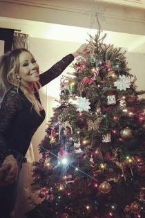 Mariah Carey prepara el árbol de Navidad