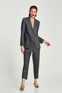 Traje de chaqueta y pantalón, look tradicional de ZARA para ir a la oficina en 2018