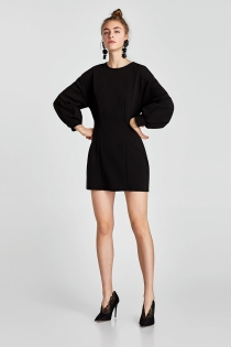 Un vestido negro de ZARA, acierto seguro para ir a la oficina en 2018