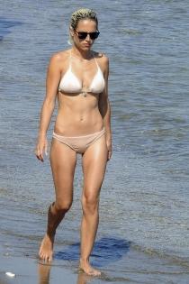 Ana Fernández, de paseo y relax en bikini