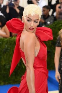Rita Ora y la moda de enseñar sujetador