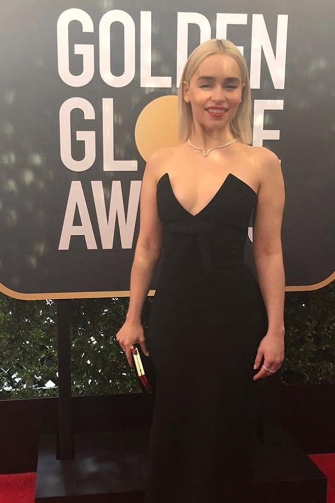 Globos de Oro 2018: Emilia Clarke escoge un vestido negro de palabra de honor