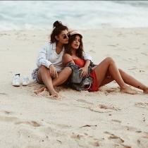 Aida Domenech y Alba Paul, en la playa juntas