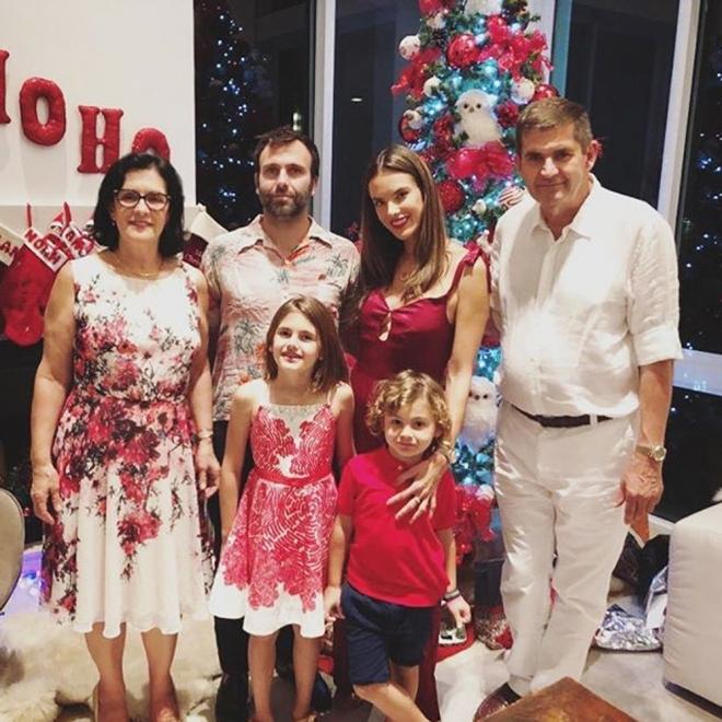 Alessandra Ambrosio y Jamie Mazur celebran las navidades en familia
