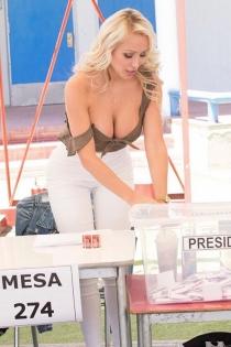 Daniella Chávez: una vocal muy sexy en la mesa electoral
