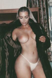 Kim Kardashian desnuda y con los pechos al aire
