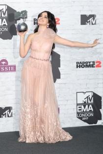 Camila Cabello, elegante con un vestido de transparencias rosa