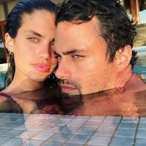 Sara Sampaio celebra San Valentín con una foto en la piscina