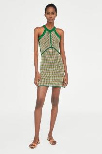 Crea un look casual con este vestido de ZARA de crochet multicolor