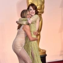 Emma Stone y Jennifer Aniston, risas en la alfombra roja