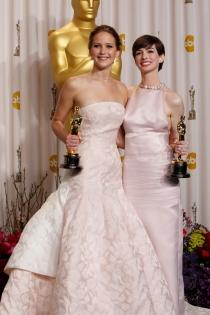 Anne Hathaway y Jennifer Lawrence con sus Oscars