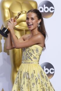 Alicia Vikander, feliz con su Oscar