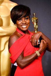 Viola Davis no suelta su Oscar