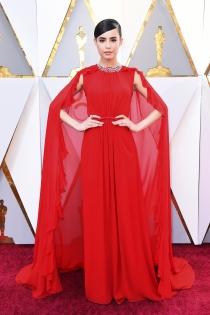 Sofía Carson deslumbrante de rojo en los Oscars 2018
