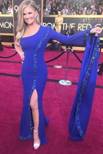 El look azul eléctrico de Nancy O'Dell
