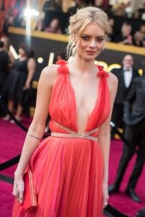Oscars 2018: El look escotado de Samara Weaving