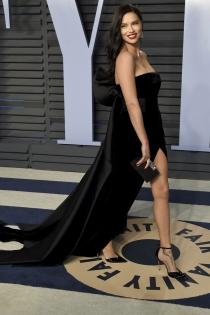Adriana Lima enseña piernas en la fiesta de Vanity Fair Oscars 2018