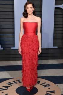 Allison Williams apuesta por el rojo en la fiesta de Vanity Fair 2018