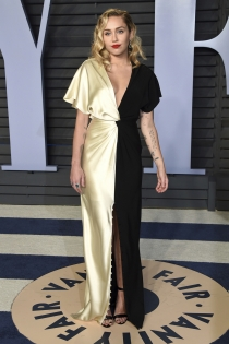 Oscars 2018: Miley Cyrus, vestido bicolor con escote de pico