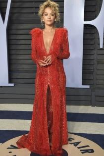 Oscars 2018: Deslumbrante Rita Ora de rojo
