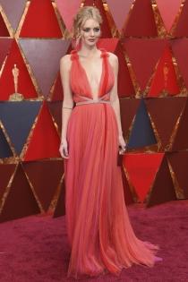 Oscars 2018: Samara Weaving con vestido plisado y escote en pico