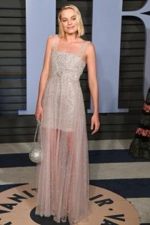 Margot Robbie, muy elegante con un vestido de transparencias