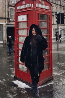 Alba Paul, mujer de Dulceida, desafía el frío de Edimburgo