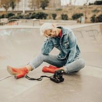 Laura Escanes, con look totalmente vaquero y botines rojos