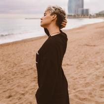 Laura Escanes posa frente al mar para Instagram