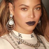 Beyoncé se pinta los labios de marrón