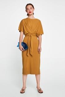 Vestido de graduación de ZARA en color mostaza