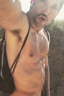 Paco León celebra la llegada del calor desnudándose
