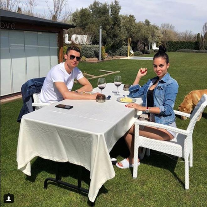 Cristiano y Georgina celebrando el Día de Pascua