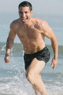 Miguel Ángel Silvestre sin camiseta en el mar