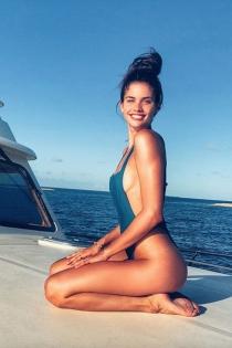 El bañador azul más favorecedor de Sara Sampaio