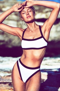 Candice Swanepoel con un bikini bicolor