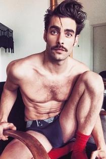 Jon Kortajarena posa en ropa interior en Instagram