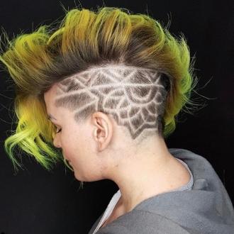 Corte de pelo con rayas para mujer