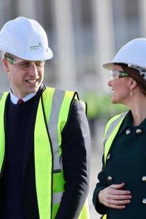 Kate Middleton y el príncipe Guillermo se ponen el casco