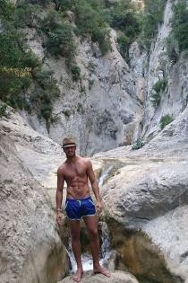 Maxi Iglesias presume de cuerpazo en un paraje idílico
