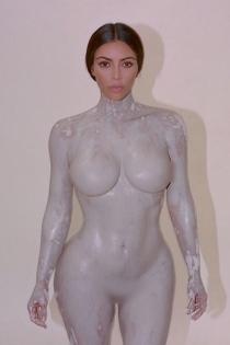 El cuerpo desnudo de Kim Kardashian para su perfume