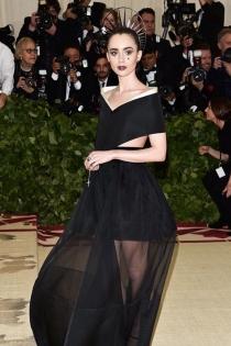 El look de inspiración religiosa de Lily Collins en la Gala Met 2018