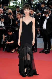 La elegancia del vestido negro de Úrsula Corberó