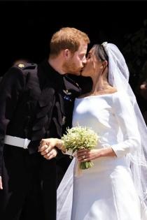 El príncipe Harry y Meghan Markle sellan su amor con un beso