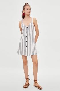 El clásico que siempre funciona en verano: el vestido de rayas de ZARA