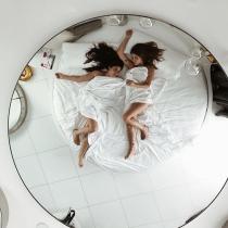 Dulceida y Alba Paul en una cama redonda