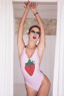 Alessandra Ambrosio y su bañador de fresa